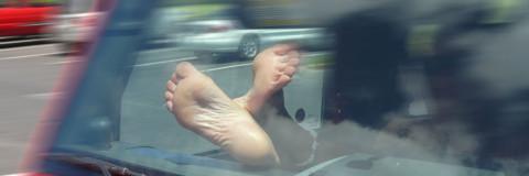 La fatal imprudencia de poner los pies encima del salpicadero