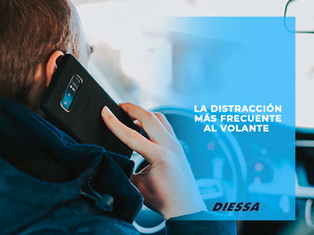 La distracción más frecuente al volante según la DGT